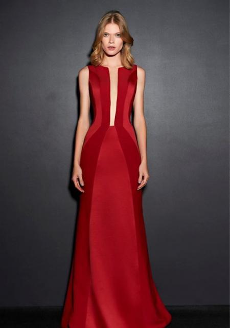 Modelo usa vestido vermelho com decote profundo.