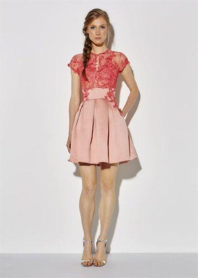 Modelo usa vestido godê rosa com busto de renda com sapato na mesma cor.