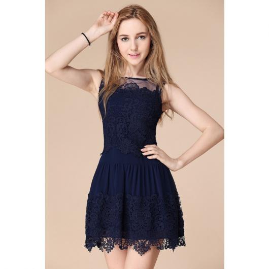 Modelo usa vestido azul marinho godê curto,cavadinho.