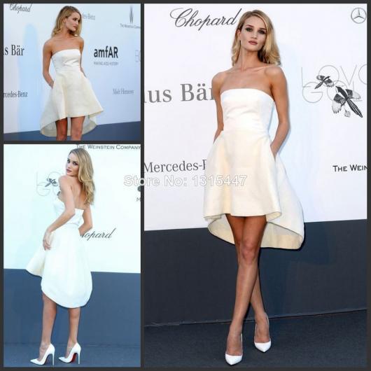 Modelo usa vestido tomara que caia branco com bolsos e sapato na mesma cor.