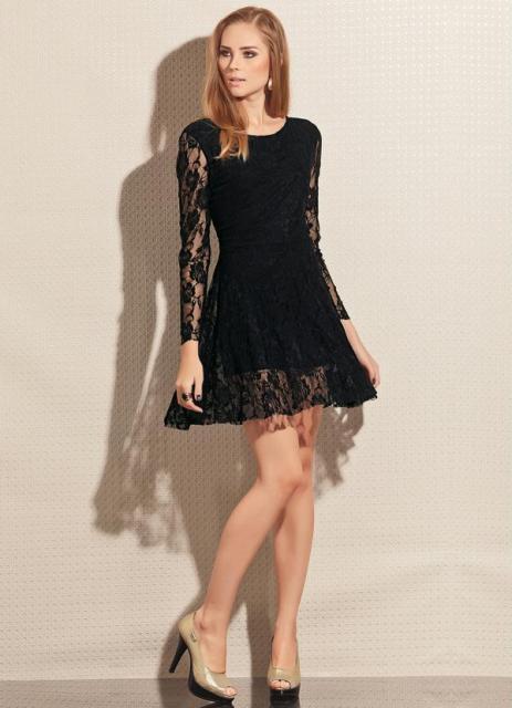 Modelo usa vestido preto de renda, manga longa com sapato preto.