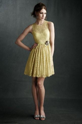 Modelo usa vestido de renda amarelo, acinturado com sapato na cor prata.