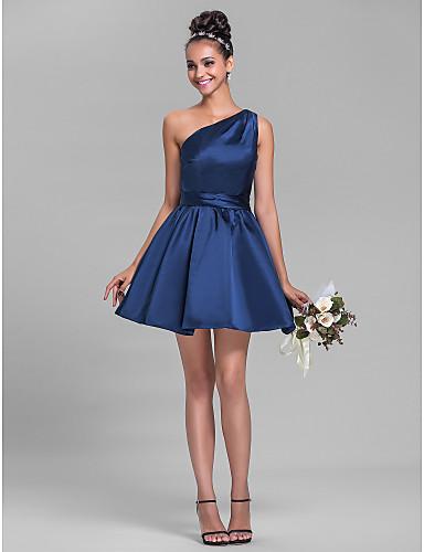Modelo usa vestido azul marinho com um ombro só cavado, modelo godê com sandalia preta.