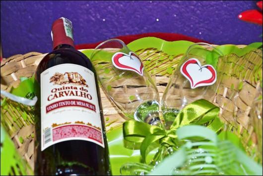 presente composto por vinho e duas taças