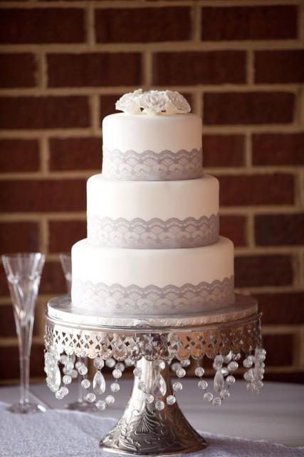 bolo com aplicações de cristais no suporte