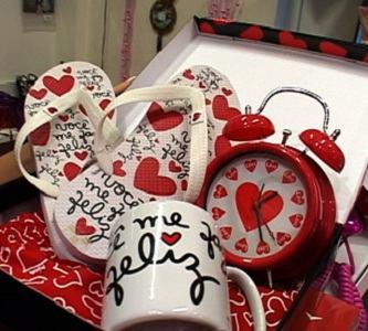 kit de caneca, chinelo e relógio de presentes
