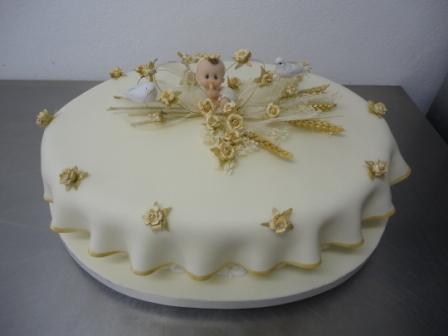 Bolo de batizado feminino com detalhes delicados dourados