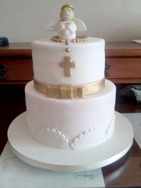 Bolo de batizado feminino com crucifixo e laço dourado