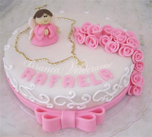 Bolo de batizado feminino rosa e branco com rosinhas, anjinho e terço