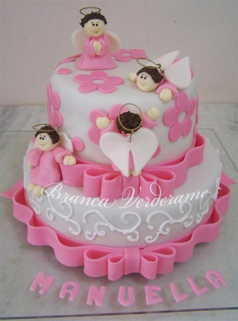 Bolo de batizado feminino rosa e branco com flores e laços