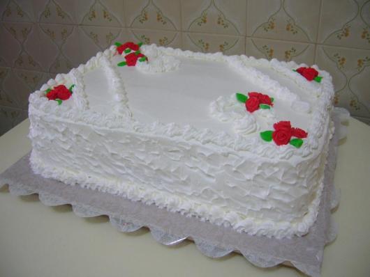 Bolo de batizado feminino branco com rosas vermelhas
