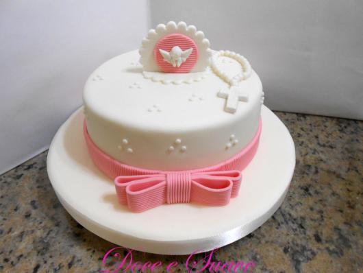 Bolo de batizado feminino com pasta americana e topo de bolo