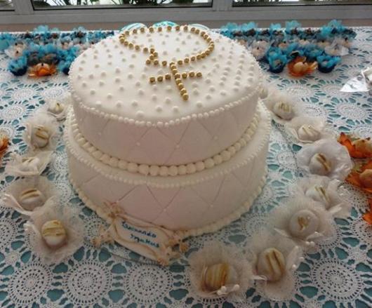 Bolo de batizado feminino com terço dourado e pérolas