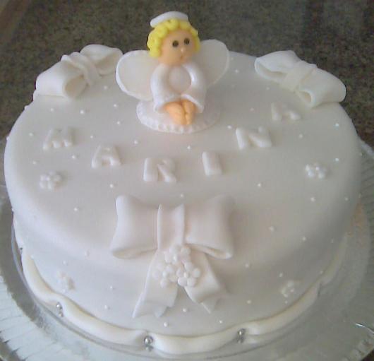 Bolo de batizado feminino branco com anjinho de pasta americana loiro no topo