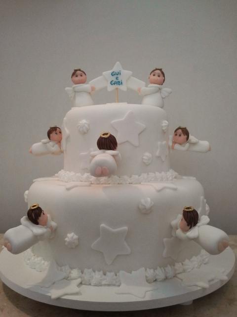 Bolo de batizado feminino com anjinhos de pasta americana