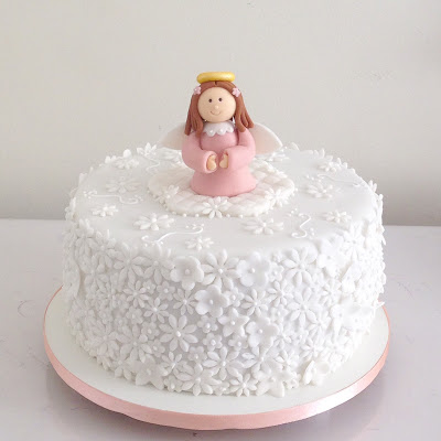 Bolo de batizado feminino com anjinho rosa