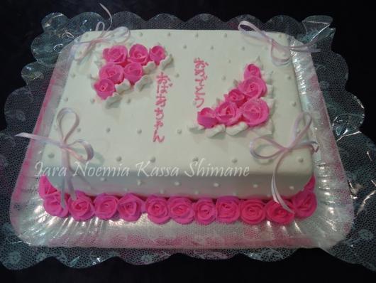 Bolo de batizado feminino decorado com glace rosa e branco