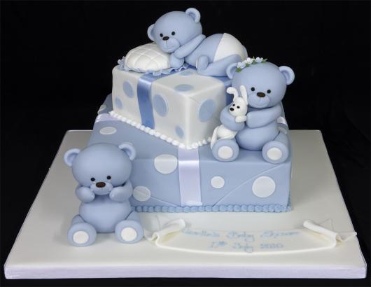 bolo quadrado de dois andares com ursinhos encima e ao lado, e bolinhas