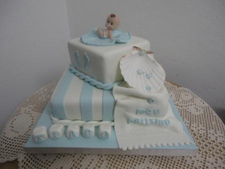 bolo quadrado de dois andares azul e branco
