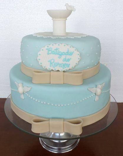 bolo de dois andares azul e branco com laços e pombinhas