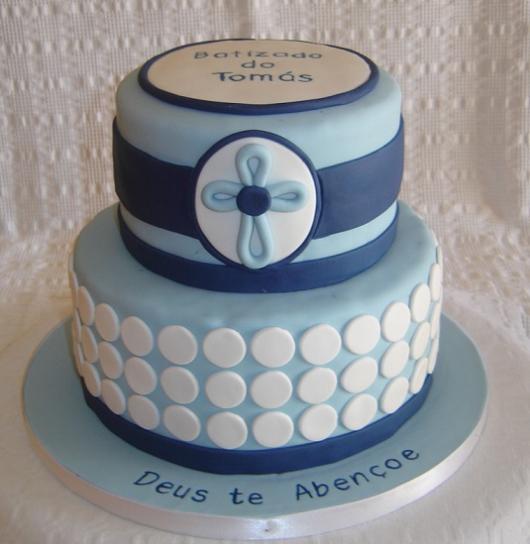 bolo em tons diferentes de azul, branco, com uma cruz e bolinhas