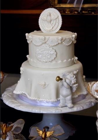 bolo de pasta americana, imitando um tecido, com aplicações de anjinhos e uma pombinha encima