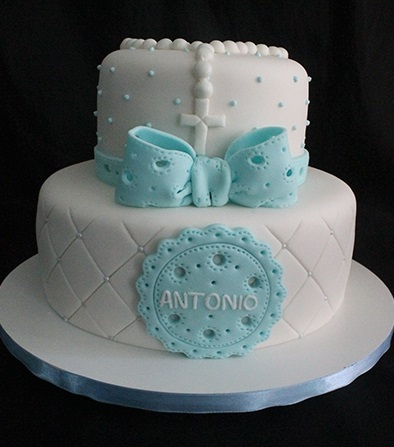 bolo de pasta americana branco, risquinhos e um grande laço