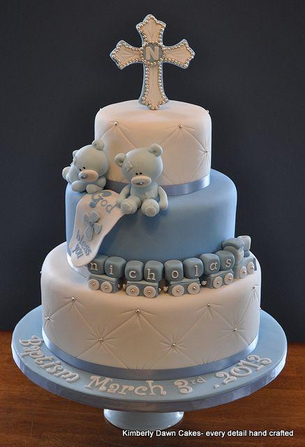 bolo de três andares com ursinhos, cruz, e quadradinhos formando o nome do garoto