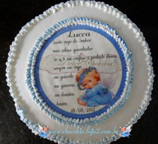 bolo branco com oração em papel de arroz e um desenho de anjinho