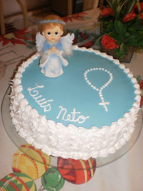 bolo de chantilly com o lado em textura, e com um anjinho e um terço encima