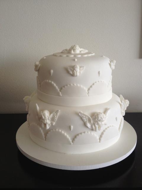 bolo branco de pasta americana, de dois andares e com vários anjinhos