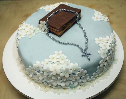 bolo com bíblia, terço e fflores