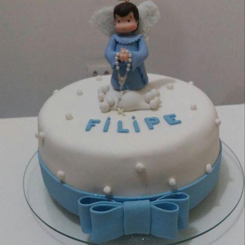 bolo com um anjinho e um grande laço
