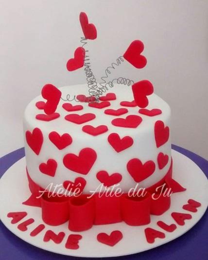 bolo branco com corações vermelhos