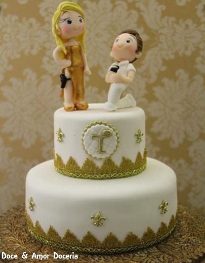 bolo dourado e branco