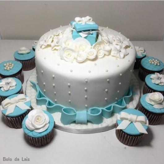 bolo branco e azul