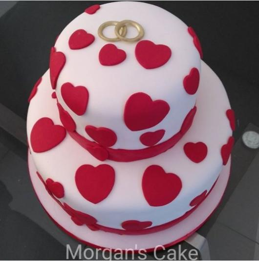 bolo 2 andares branco e vermelho