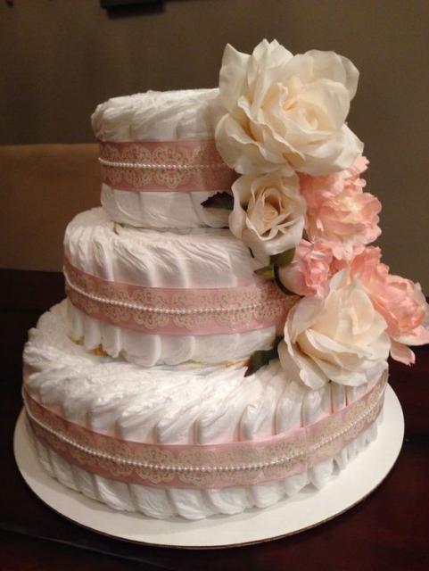 bolo fake feminino com detalhes em fita rosa e flores rosa