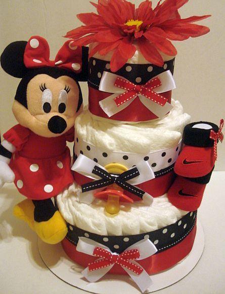 bolo fake feminino temático de Minnie, com uma Minnie de pelúcia, sapatinhos vermelhos, flor, lacinhos e estampas de bolinhas