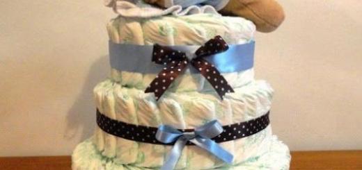 bolo fake masculino com laços de bolinha e da cor azul, conta com um ursinho de pelúcia encima