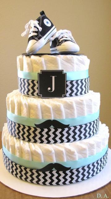 bolo fake masculino com fitas azuis e estampa de riscos, conta com um par de tênis All Star encima