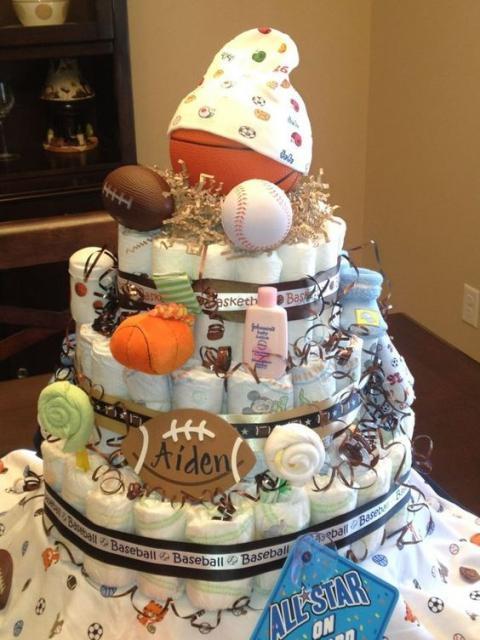 bolo fake masculino bolinhas de esporte, como basquete, e produtos de bebê