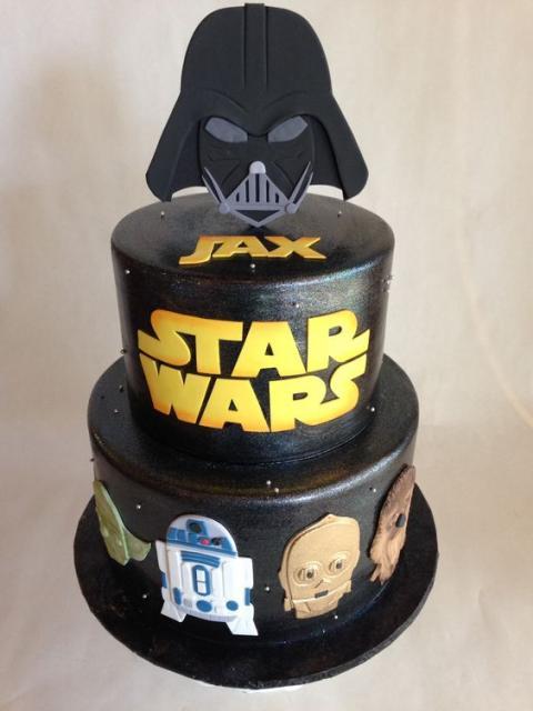 bolo fake masculino com desenhos do filme Star Wars