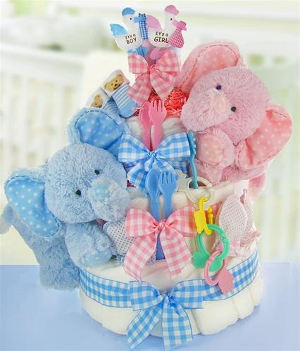 bolo fake unissex com elefantinhos e laços rosa e azul, conta com o desenho de uma galinha também de cada cor