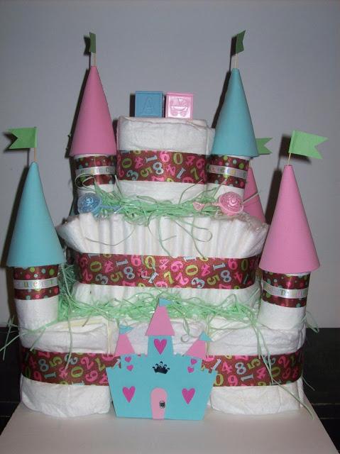 bolo fake unissex de castelinho nas cores rosa e azul, com fitas estampadas com números