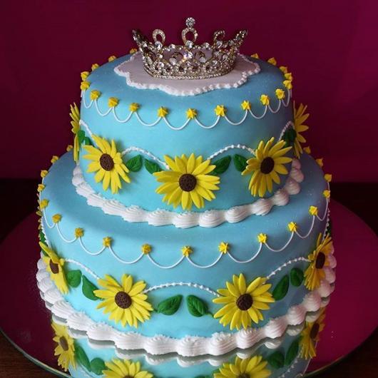 bolo de pasta americana do Frozen Fever com cora de princesa