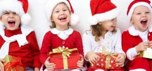Crianças com presentes de Natal