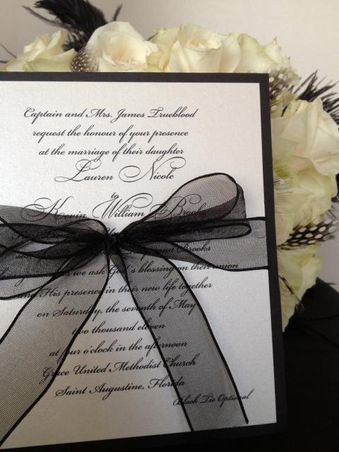 convites preto e branco para casamento com fita de cetim