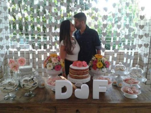 cortina de coração branco com o casal se beijando na frente