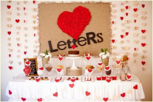 cortina de corações vermelho e branco com plaquinha na frente